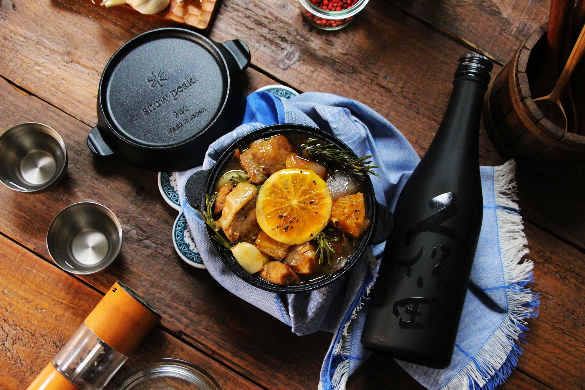 日本酒をもっと楽しむおつまみレシピ|豚ロースとオレンジのハーブ煮込み