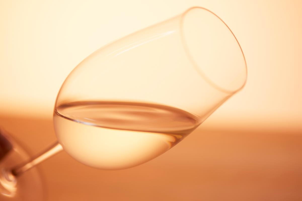 ワイングラスに注がれたグラス