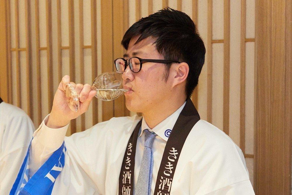 きき酒をする、きき酒師の漫才師にほんしゅの北井さん