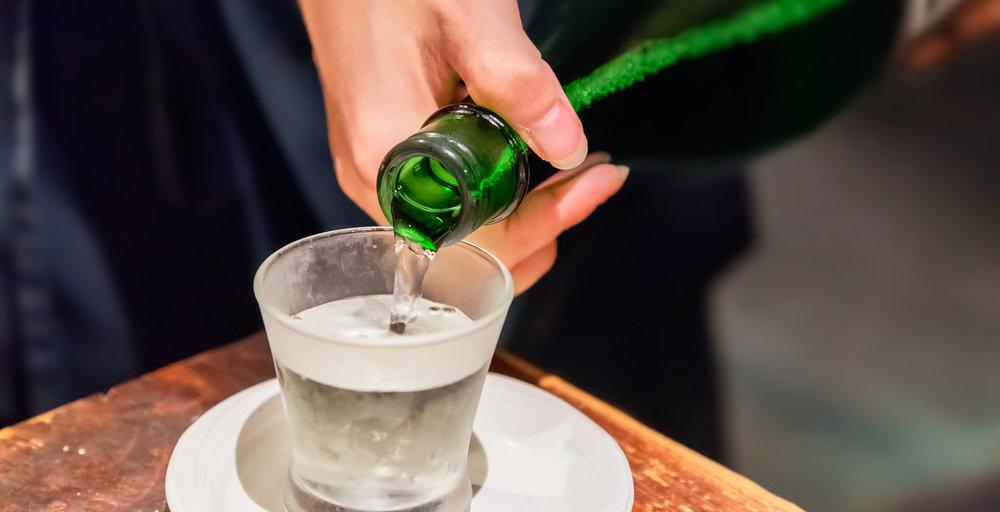 日本酒を注ぐ人