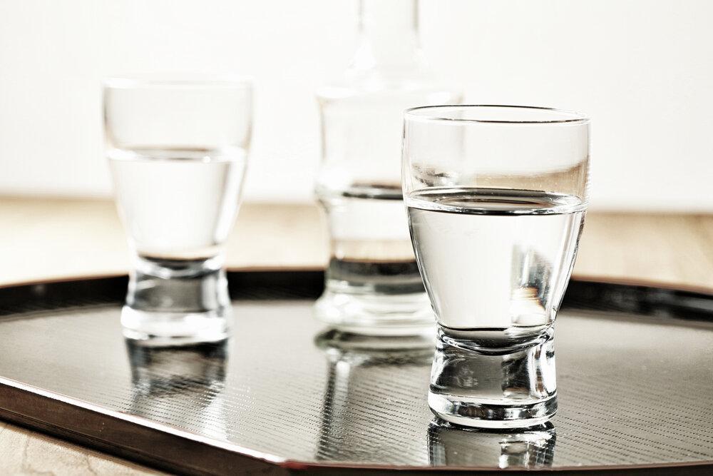 ガラスのおちょこに入った日本酒