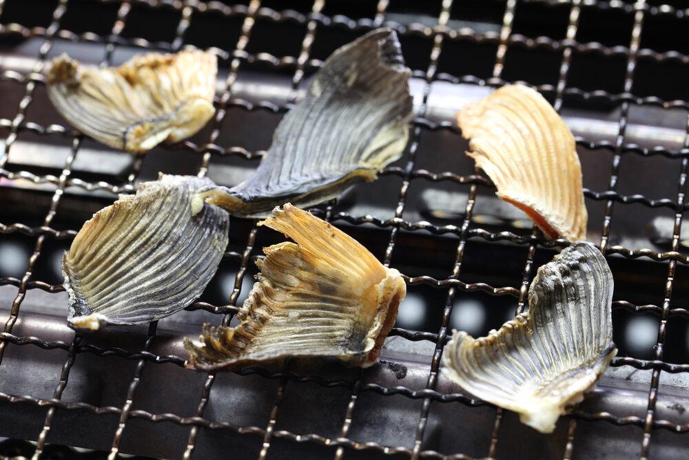 網で焼かれた魚のひれ