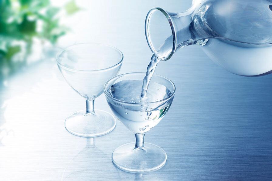 ガラスのおちょこに注がれる日本酒