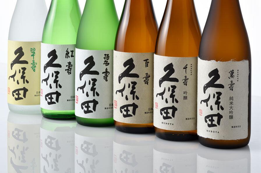 枡に入った米とおちょこに注がれる日本酒