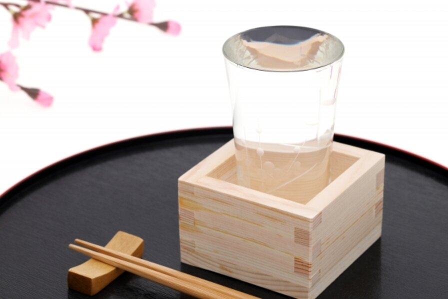 桜の花と日本酒(もっきり)