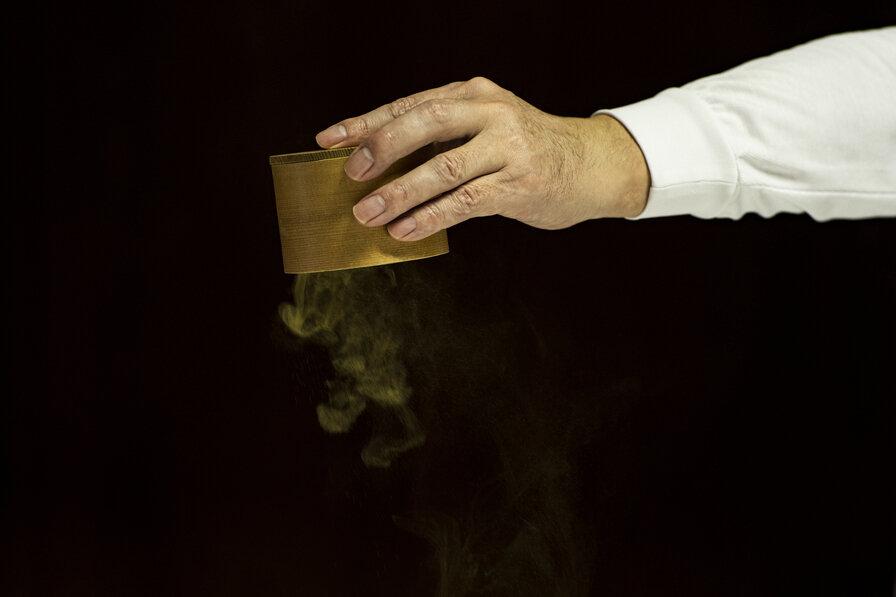 麹菌を撒く手