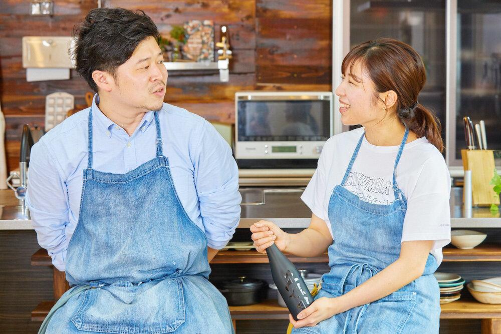 日本酒を持つぐっち夫婦 TatsuyaさんとSHINOさん
