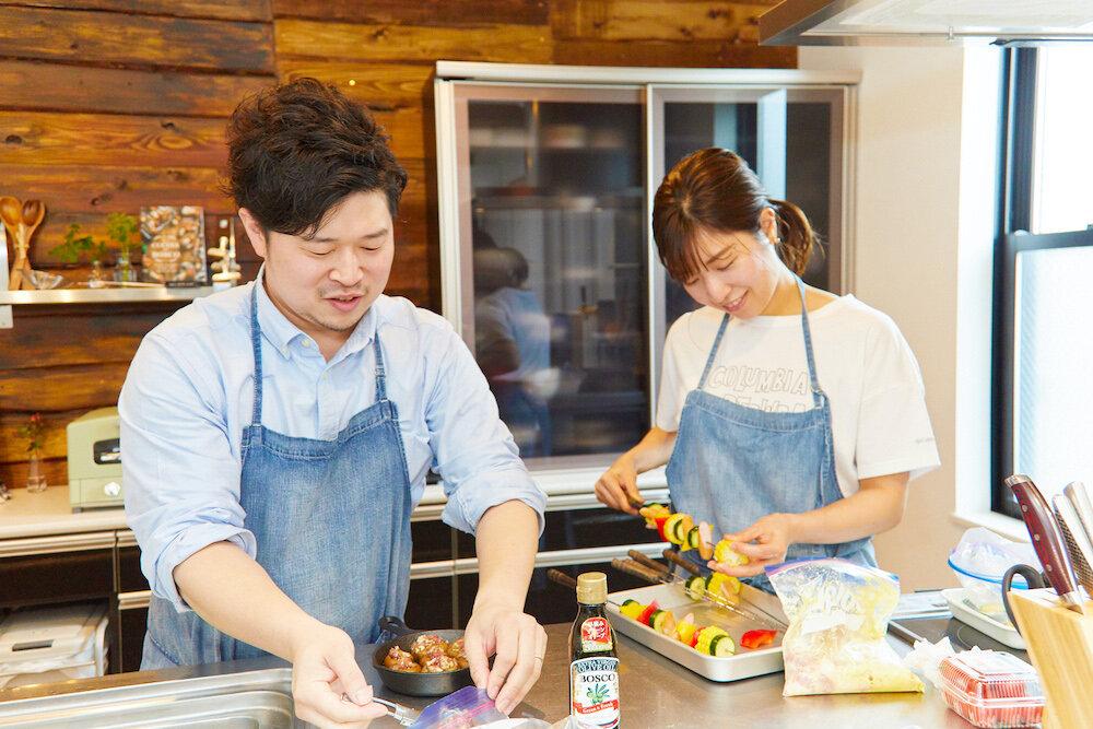 自宅で料理をするぐっち夫婦 TatsuyaさんとSHINOさん