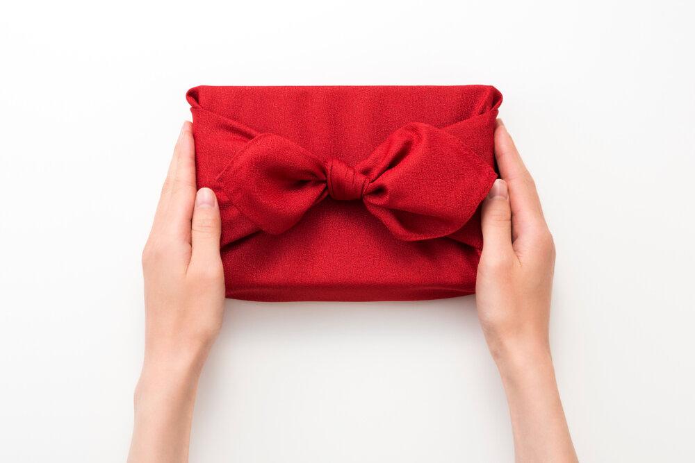 四角の箱を包んだ赤い風呂敷