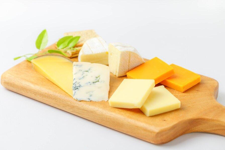 カッティングボード上の様々な種類のチーズたち