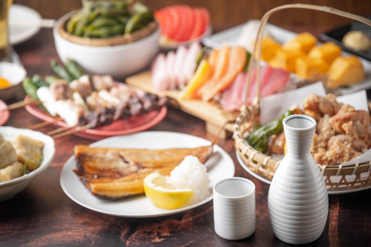 徳利、お猪口と料理が並ぶ食卓