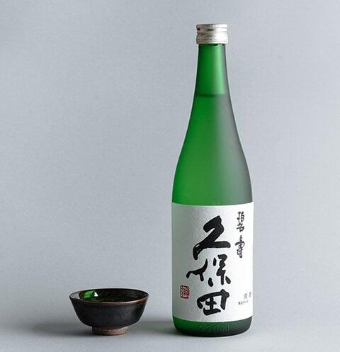 箱の前に置かれた瓶入りの久保田 碧寿の商品画像