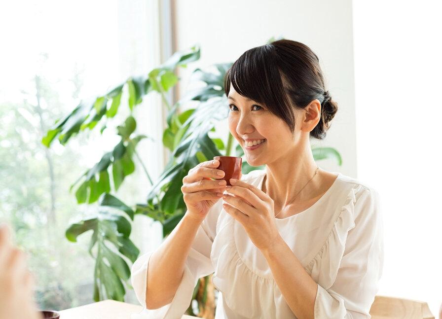 日本酒を飲む女性