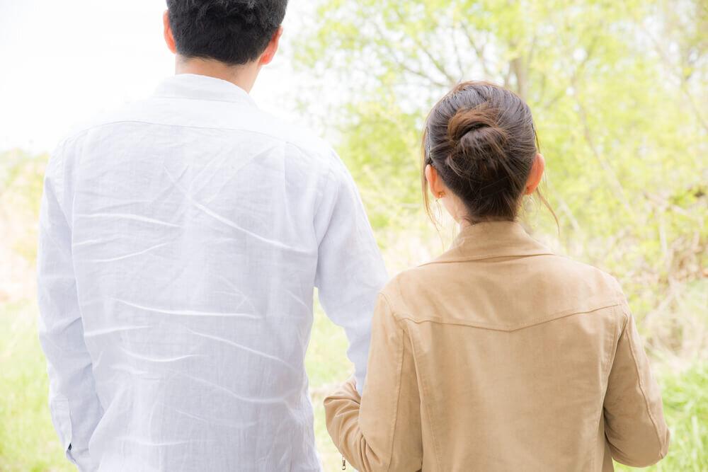 夫婦の後ろ姿