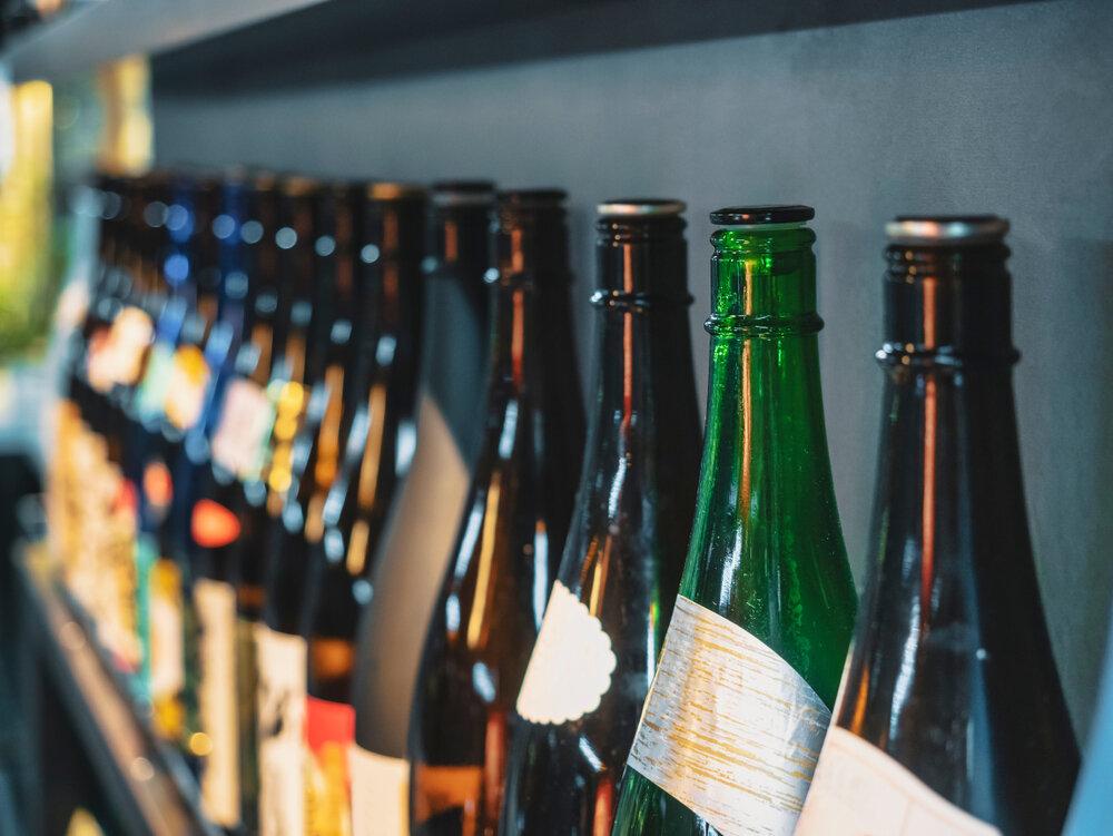 壁沿いに並んだ日本酒のビン