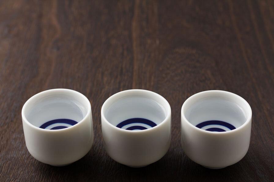 日本酒が入った3つのおちょこ