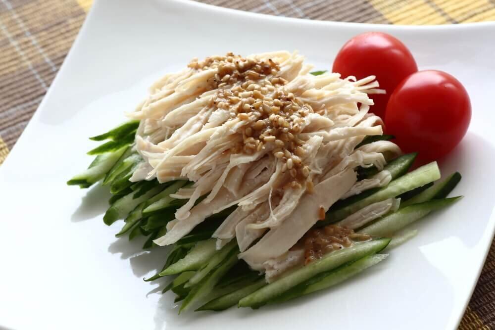 皿に乗ったサラダチキンのよだれ鶏