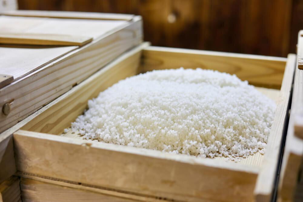 木箱に入った米