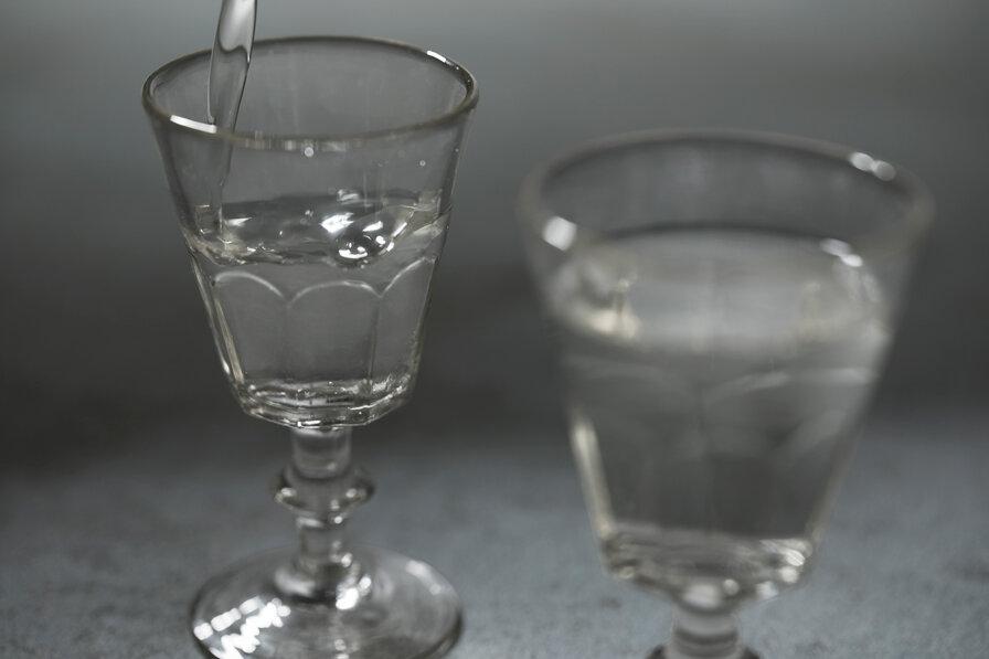 フルーティーな日本酒をグラスに注ぐ様子