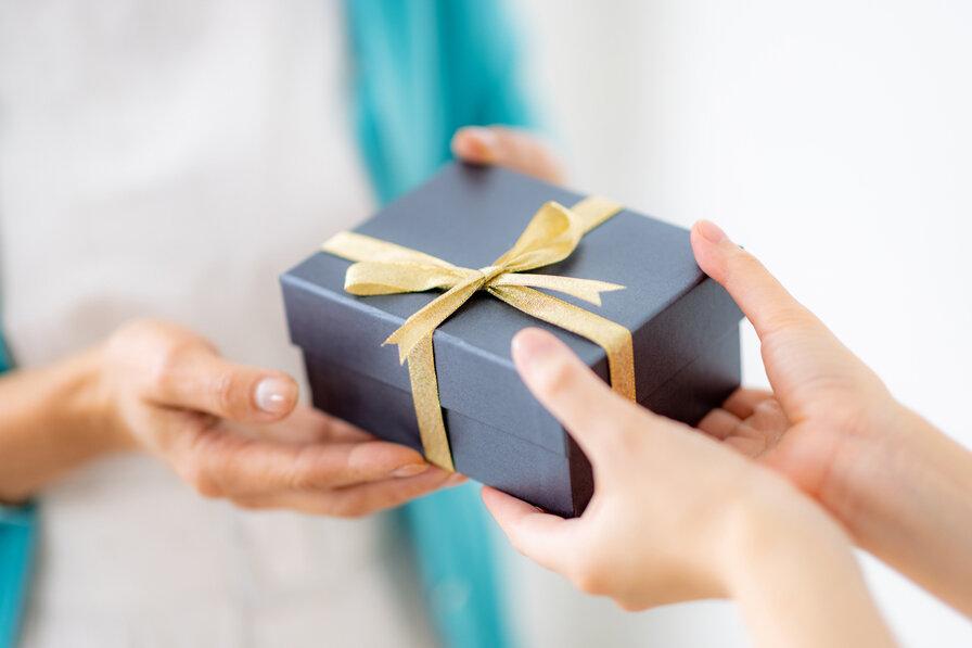 プレゼントを楽しみにしている母親