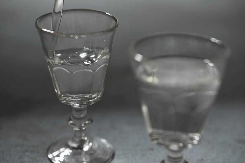 日本酒が注がれるグラス