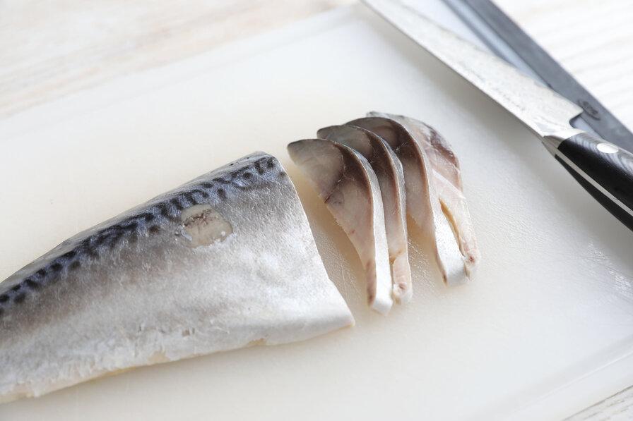 〆鯖の下準備