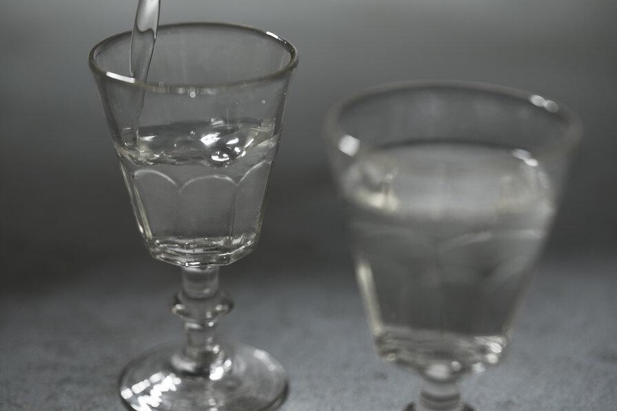 グラスに注がれた日本酒