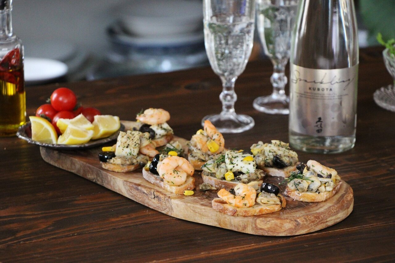 日本酒をもっと楽しむおつまみレシピ|ハーブ香る 魚介アヒージョカナッペ - KUBOTAYA