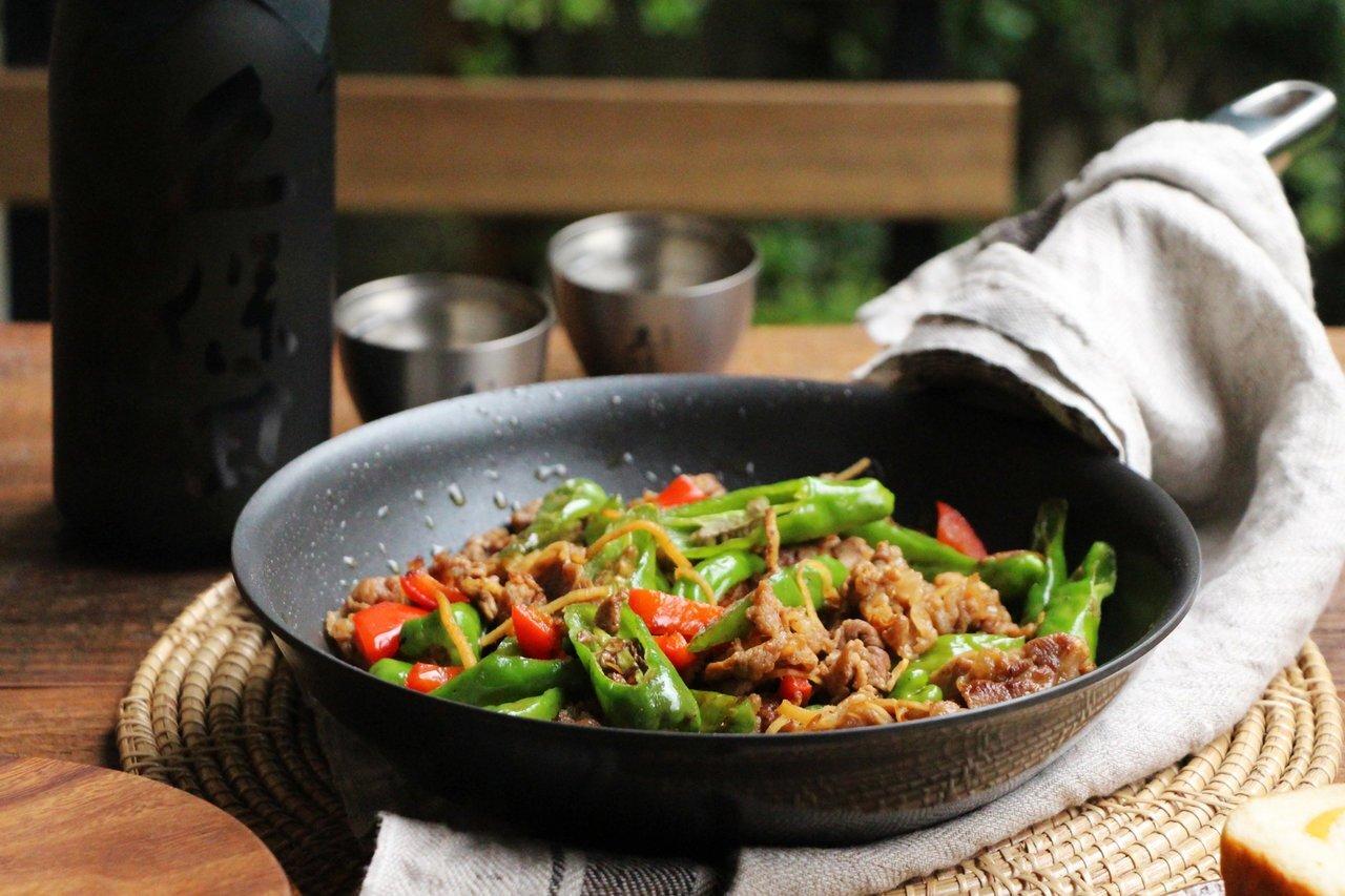 日本酒をもっと楽しむおつまみレシピ 牛肉とししとうのバター醤油ソテー - KUBOTAYA