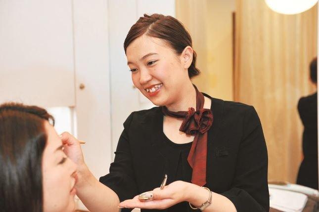 美容師資格を生かせるお仕事。眉には人生まで変える力がある。