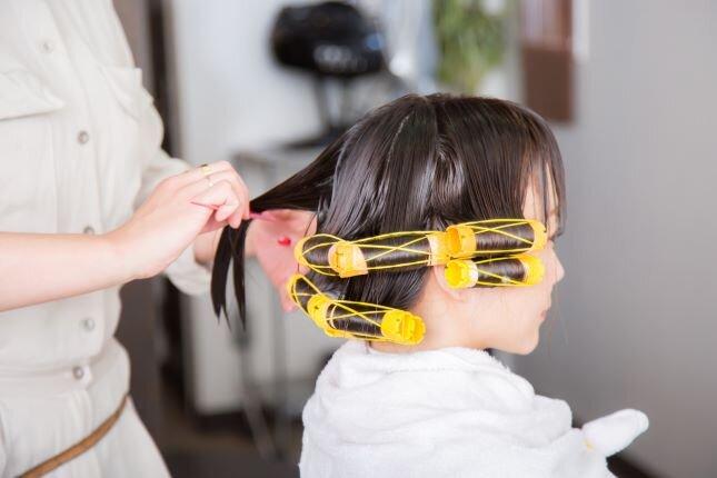 美容師アシスタントの仕事内容や悩み、キャリアについて解説。