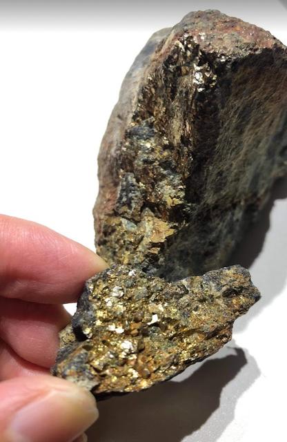 黄銅鉱(CuFeS₂)。我が国の代表的なスカルン鉱床が...