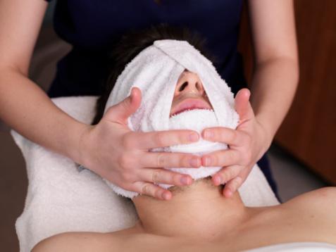 洗顔のあと、基礎化粧品を使う前に蒸しタオルを顔に当てて...
