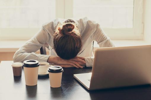 仕事中の大敵!睡魔が襲ってきた時に是非試してほしい眠気覚まし方法5選+最終手段?!