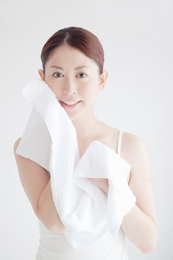 清潔なタオルで優しく抑え込むように水分を閉じ込めて