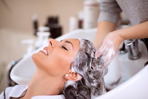 頭皮をマッサージしながら洗う