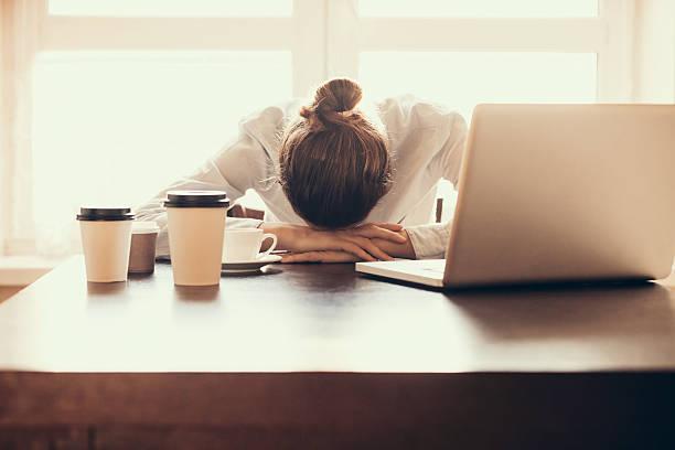 仕事が忙しすぎて精神的に滅入っているようなら、休職や転...