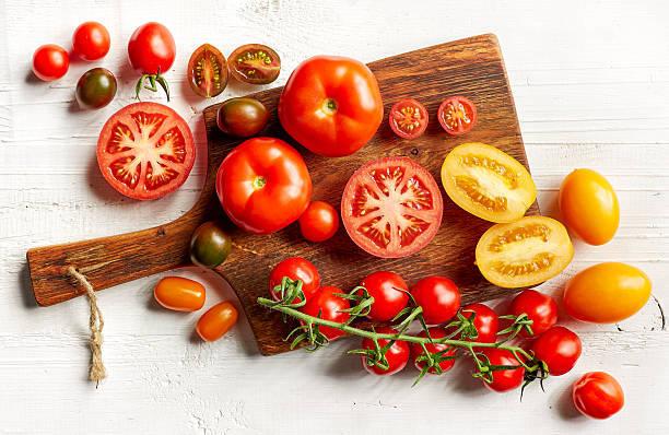 各種のカラフルなトマト