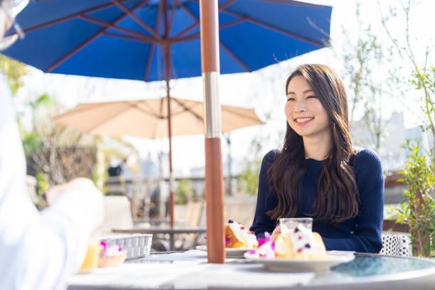 オープンテラスのカフェで女性を過ごす休日