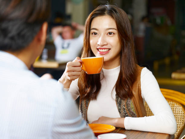 若いカップルが喫茶店で話しています。