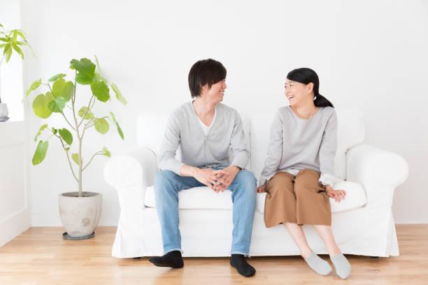 リビング ライフ スタイル イメージで若いアジアのカップル