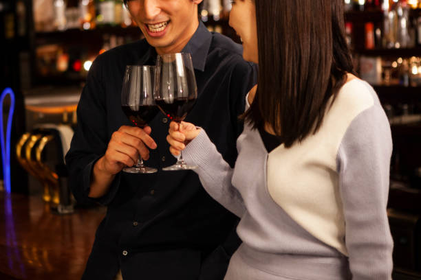 男性と女性は、バーで立って飲むカウンター