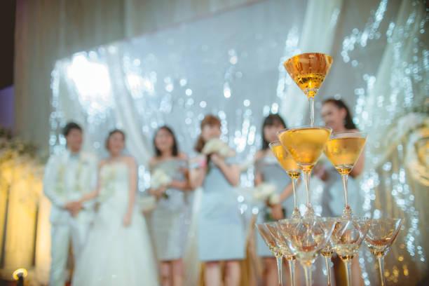 アルコールのメガネは、新郎、新婦、ぼかしの背景に花嫁介...