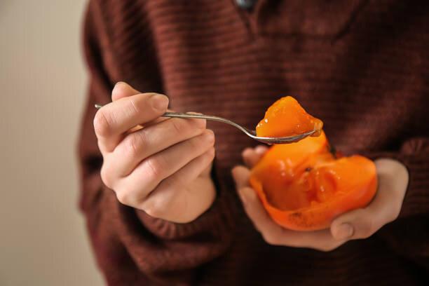 旬の「柿」は見た目も美しい鮮やかな橙色(だいだいいろ)