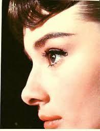 オードリー・ヘップバーンの小悪魔的な瞳