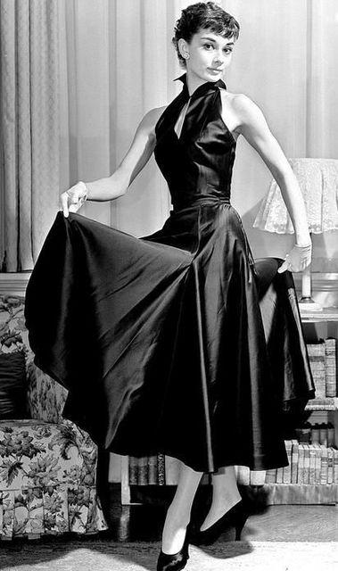 Audrey Hepburn en robe et escarpins de soie noire http://tmblr.co/ZuRDds17Kp7Xa | People I Admire | Pinterest | ヘップバーン、ピンナップ、レトロ (14626)