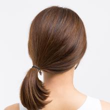 ①髪を結ぶ