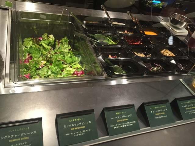 好きなサラダを選びます。