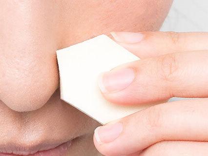 ⓶使い捨てのスポンジで乳液をトントンとなじませます。