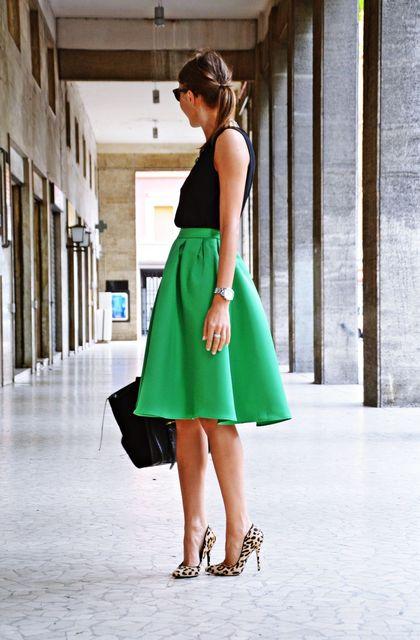 こんな鮮やかなグリーンを纏(まと)いたい。フレアスカー...